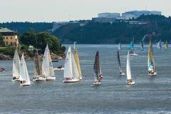 STOCCOLMA - IL 29 GIUGNO: Le barche a vela che corrono a Sandhamn, Stoccolma sono Fotografia Stock Libera da Diritti