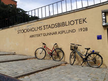 STOCCOLMA, IL 12 LUGLIO 2014: Entrata della biblioteca di città o dello Stadsbiblioteket a Observatorielunden con testo sulla par Immagine Stock Libera da Diritti