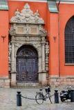 Stoccolma, Svezia, biciclette ha parcheggiato vicino alla chiesa Fotografia Stock Libera da Diritti