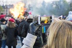 Stoccolma Svezia: Fotografare tradizione del fuoco di Valborg immagini stock libere da diritti