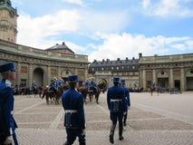 Stoccolma/Svezia - 16 maggio 2011: Cambiamento della guardia Ceremony con la partecipazione della cavalleria reale della guardia immagini stock libere da diritti