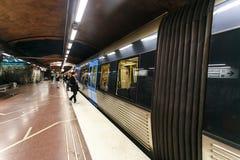 STOCCOLMA, SVEZIA - ventiduesima del maggio 2014 Passeggeri della metropolitana che ammucchiano per ottenere il hub avanti/stop d Immagini Stock
