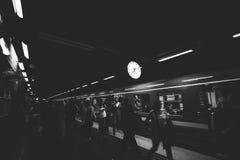 STOCCOLMA, SVEZIA - ventiduesima del maggio 2014 Passeggeri della metropolitana che ammucchiano per ottenere il hub avanti/stop d Immagini Stock Libere da Diritti