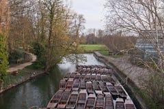 Stocherkähne auf dem Fluss Stockbild