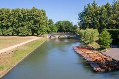 Stochern von Booten auf Fluss Nocken in Cambridge lizenzfreie stockfotografie