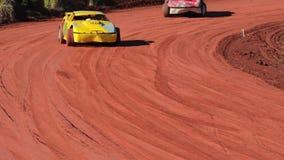Stock car durante una raza de la pista de tierra