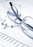 Stock chart and eyeglasses Royalty Free Stock Photography