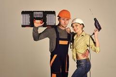 Stock de matériaux de construction Concept de rénovation Dépanneur avec l'amie, l'espace de copie Constructeurs avec la boîte à o Photo stock