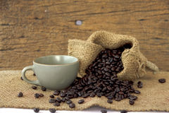 Stock Photo:Cup full of coffee beans on the cloth sack Royalty Free Stock Photography