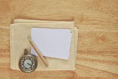 Stock photo Note paper with vintage watch on wood background Stock Image