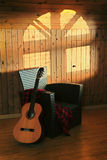 Stock-Stuhl und Gitarre Stockfoto