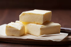 Stock von Butter auf hölzernem Brett Stockfotografie