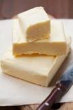 Stock von Butter auf hölzernem Brett Stockfotos
