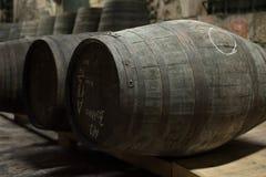 Stockage de barils de vin de vieux port en vallée de Douro images stock