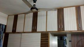 Stockage de chambre à coucher, stockage en bois, portes en bois image stock