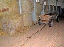 Stockage de foin dans le bâtiment du centre de cheval-élevage Kentshin Photo stock