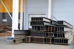 Stockage de métal d'affaires dans l'entrepôt de l'usine pour la production des constructions métalliques sous un hangar photos stock