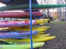Stockage des canoës et des kayaks image libre de droits