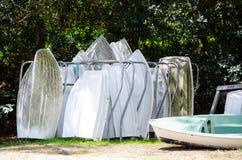 Stockage en rayons de bateaux en métal pour près de la plage photo stock