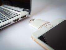 Stockage externe transférant avec l'iPhone et le Macbook photographie stock libre de droits