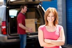 Stockage : Femme avec le camion plein des boîtes Images libres de droits