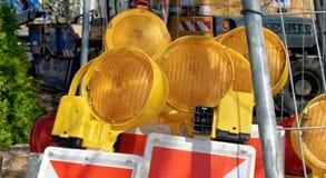 Stockage intérimaire pour des balises avec les lumières jaunes pour se fermer outre d'un chantier de construction images stock
