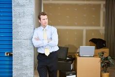 Stockage : L'homme d'affaires se tient prêt le bureau provisoire Image stock