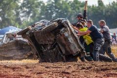 Stockcar的人们在Stockcar挑战的一条肮脏的轨道 图库摄影