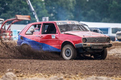 Stockcar conduce en una pista sucia en un desafío de Stockcar Imagen de archivo