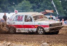 Stockcar conduce en una pista sucia en un desafío de Stockcar Foto de archivo