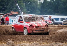 Stockcar conduce en una pista sucia en un desafío de Stockcar Imagenes de archivo