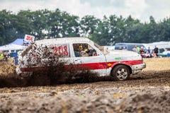 Stockcar conduce en una pista sucia en un desafío de Stockcar Imágenes de archivo libres de regalías