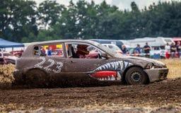 Stockcar conduce en una pista sucia en un desafío de Stockcar Foto de archivo libre de regalías