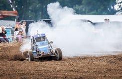 Stockcar conduce en una pista sucia en un desafío de Stockcar Fotos de archivo libres de regalías