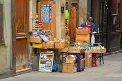 Stockez vendre les livres utilisés À Paris Photo stock
