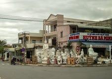 Stockez vendre les sculptures en pierre dans une petite ville près du Da Nang, Vietnam images libres de droits
