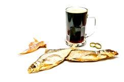 Stockfisch und dunkles Bier stockbild