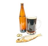Stockfish και σκοτεινή κινηματογράφηση σε πρώτο πλάνο μπύρας Στοκ Εικόνες