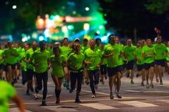 STOCKHOLM - AUGUSTI, 17: Löpare kort efter starten på Midnen Arkivfoton
