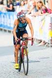 STOCKHOLM - AUGUSTI, 24: Romina Palacio Balena som cyklar den gamla staden Royaltyfria Bilder
