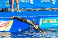 STOCKHOLM - 24 AUGUSTUS: Charlotte Bonin die in het water voordien duiken Royalty-vrije Stock Afbeeldingen