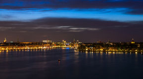 Stockholm bij nacht met lichte bezinning in water Royalty-vrije Stock Foto's