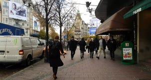 Stockholm centrum med folk i deras dagliga liv på den Sveavagen gatan stock video