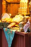 STOCKHOLM - DEC, 19: Bröd på skärm på Stortorget julmor Arkivbilder