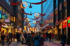 STOCKHOLM - DEC 19: Drottninggatan under jul och rushhour Arkivfoton