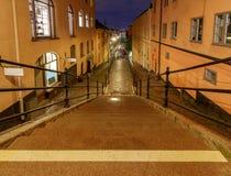 stockholm gammal gata för natt arkivbild