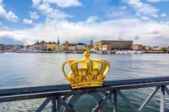Stockholm gammal stadcityscape och kunglig krona, Sverige arkivfoto