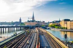 Stockholm järnväg gångtunnelspår och drev över sjön Malaren, strömbrytare arkivbilder