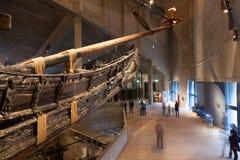 STOCKHOLM - JANUARI 6: 17th århundradeVasakrigsskepp som bärgas från Royaltyfri Fotografi
