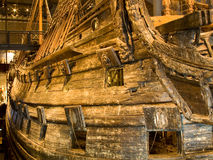 STOCKHOLM - 24. JULI: Vasakriegsschiff des 17. Jahrhunderts gerettet vom Meer am Museum in Stockholm Lizenzfreie Stockfotos